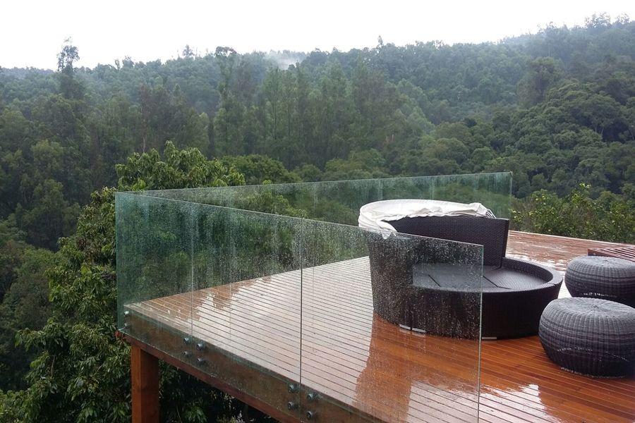 Além de um elemento de segurança, o guarda-corpo de vidro adiciona beleza ao décor