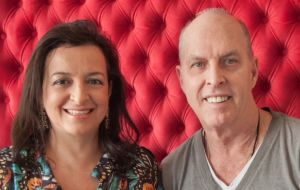 A dupla Gerson Dutra de Sá e Ana Lucia Salama apresenta seu estilo único no takeover DA