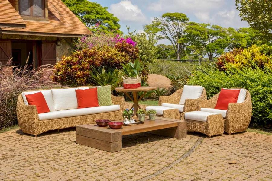 Móveis de madeira, fibra sintética e alumínio decoram varandas, jardins e decks de piscinas e levam beleza, conforto e praticidade