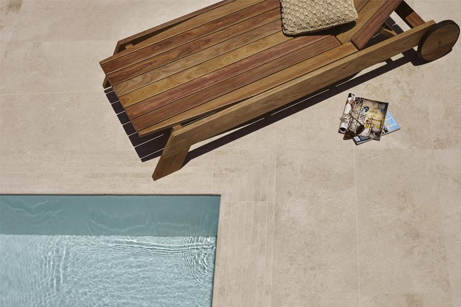 Aposte nos porcelanatos e nos deques de madeira para revestir os ambientes externos