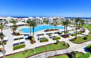 Às margens do Mar Vermelho, sol, praia e piscinas em estruturas dignas de um sheik