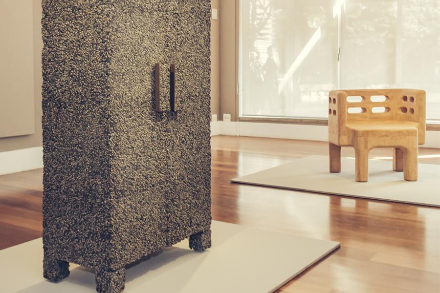 Estudio Campana apresenta mobiliário em cortiça até 19 de agosto no Consulado Geral de Portugal