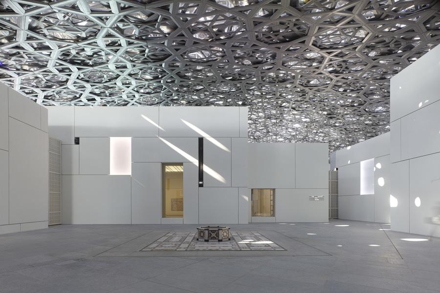 Fachada do museu Louvre Abu Dhabi é composta por 3.900 painéis feitos de fibra de concreto de alto desempenho e sua cúpula possui 7.850 estrelas única